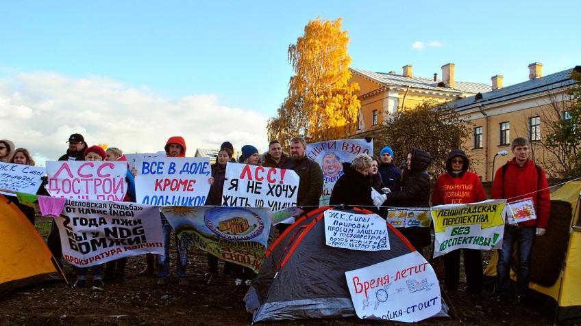 Обманутые дольщики «ЛенСпецСтроя» вышли насерию одиночных пикетов вПетроградском районе Петербурга