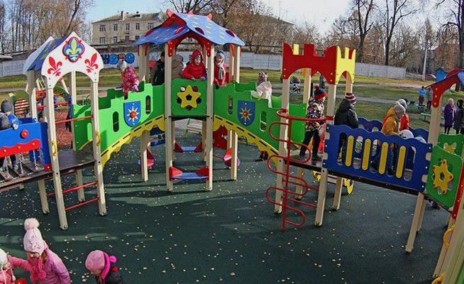 В Людинове появилась детская площадка «со всеми удобствами» за 2,8 миллиона