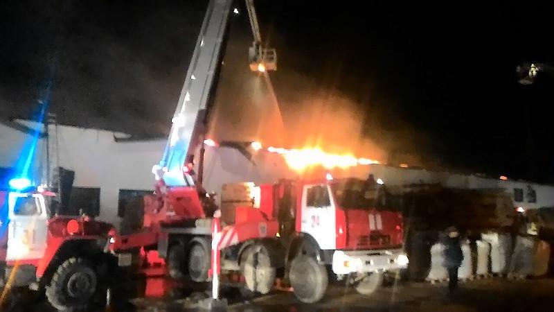 Полсотни спасателей 6 часов немогли потушить сильный пожар наЛевобережье