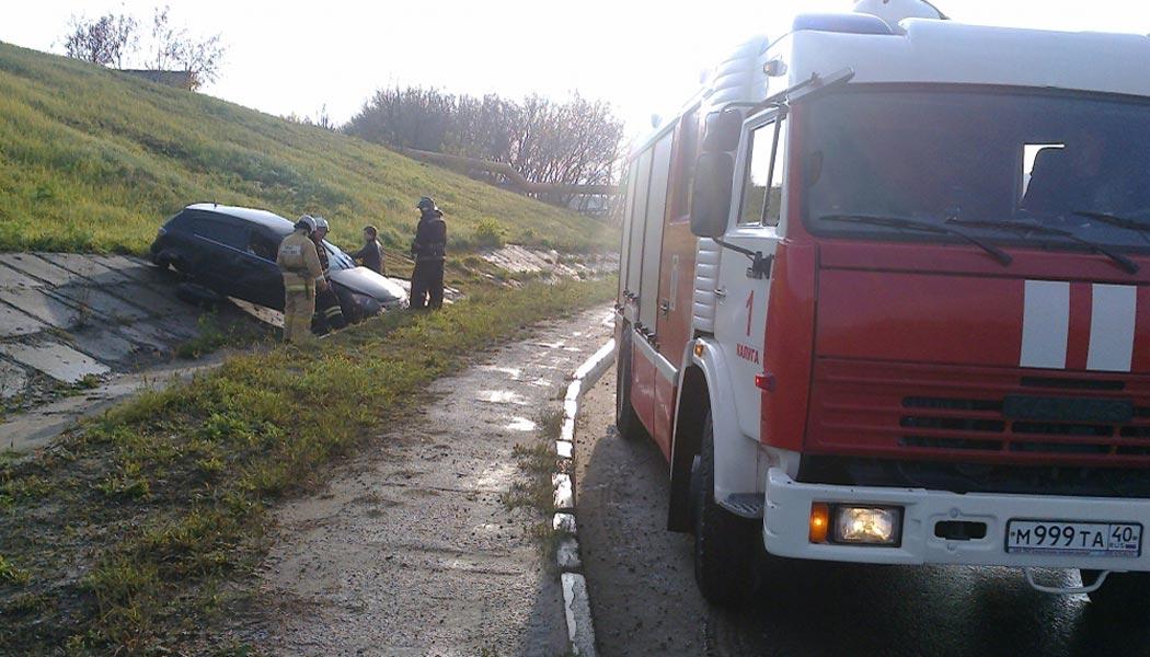 На объездной дороге Опель съехал в кювет