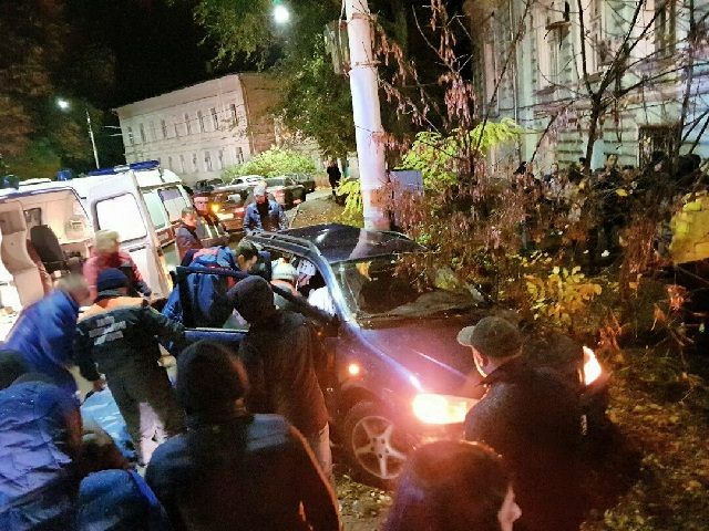 Подростки намашине влетели встолб вНовочеркасске, ранены трое