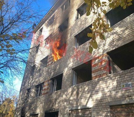 В Калуге горело заброшенное здание