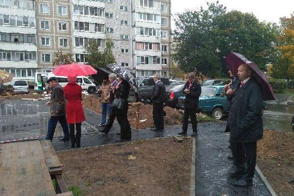 Под дождем обнинские чиновники проверяли ход работ по благоустройству