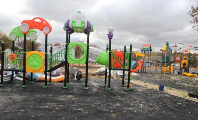 Десткую площадку в новом парке Калуги монтируют даже в проливной дождь