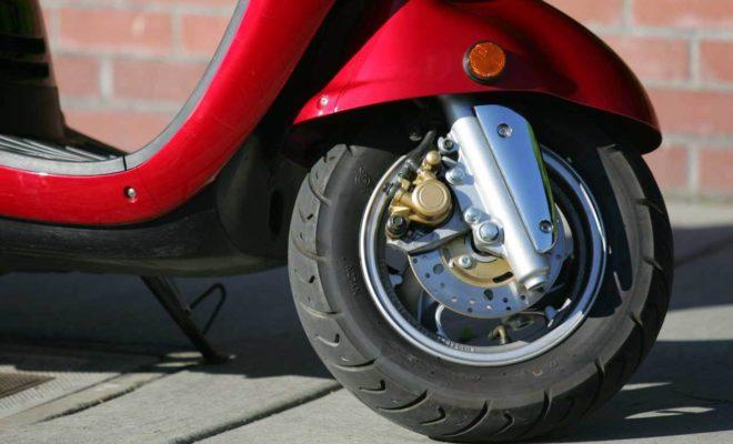 Парень прятал краденый скутер в гараже отца