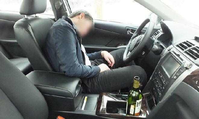 Пьяный парень уснул в угнанной машине