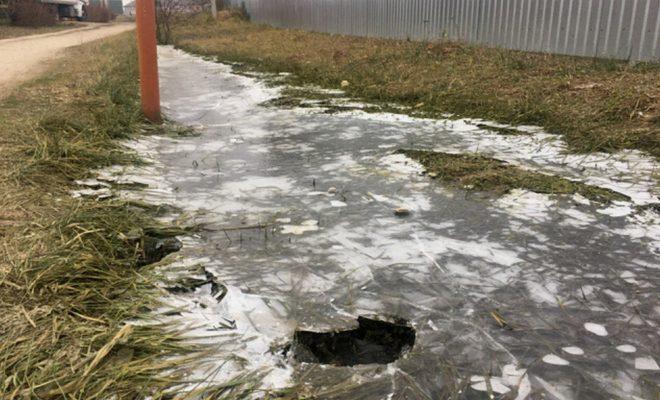 В Ермолино канализация ручьём бежит по улице
