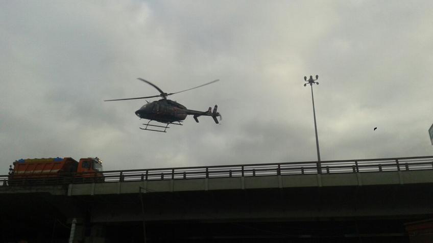 «Субару» влетела всамосвал дорожников наКАД. Вертолёт прервал движение