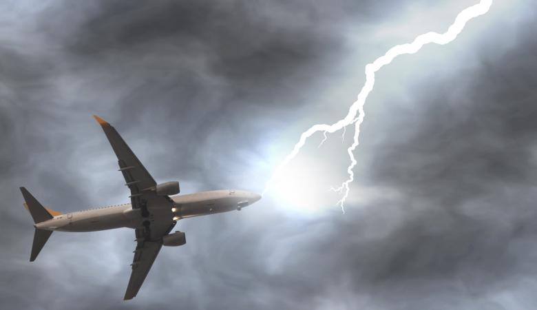 Молния ударила всамолет вовремя взлета