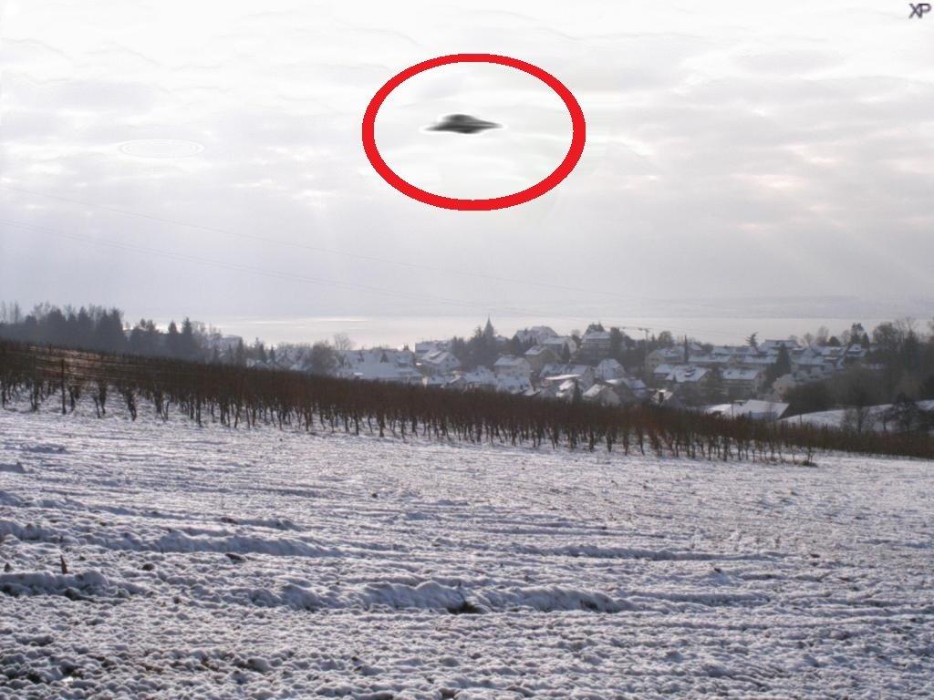 Размещено видео, как НЛО заметает внебе следы своего присутствия