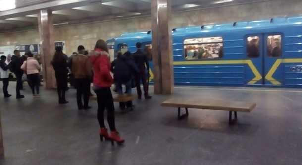 Смерть вкиевском метро: мужчина прыгнул нарельсы