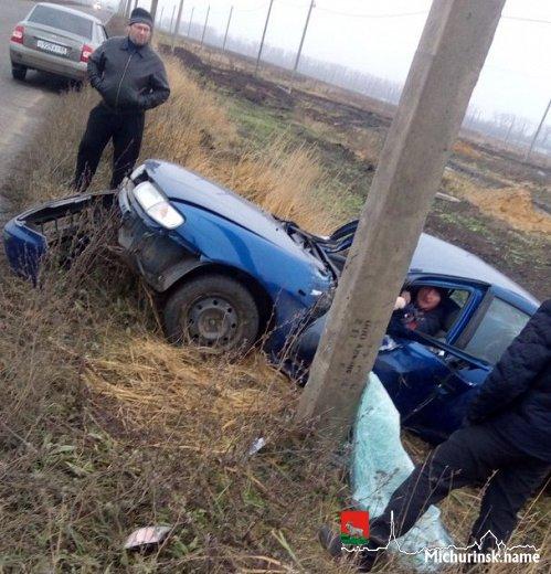 ВМичуринском районе иностранная машина врезалась встолб