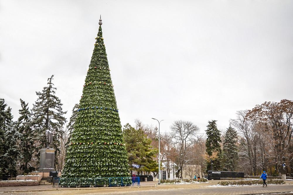 ВРостове заканчивают монтировать главную городскую елку