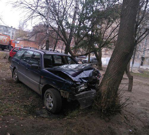 В людиновском дворе Фольксваген въехал в дерево