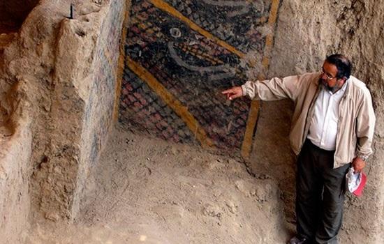 Огонь разрушает 2 000-летнюю фреску, древнее археологическое сооружение в Перу