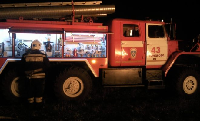 Спасатели боролись с огнем в дачных домах