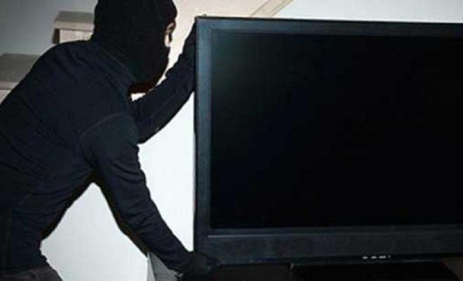 Гость вынес из квартиры уснувшего приятеля дорогой телевизор