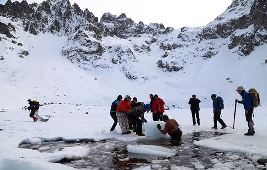 Фестиваль зимнего плавания в Ризе проходит в замерзшем озере