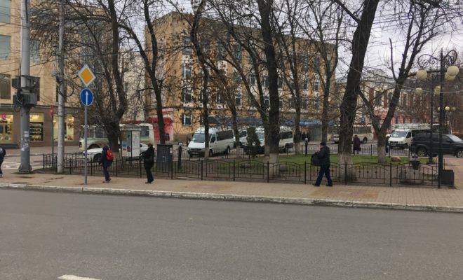 Газон в сквере Медсестер оградили от «посягательств» калужан