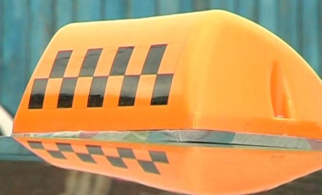 Три приятеля, угрожая ножом и паяльником, ограбили таксиста