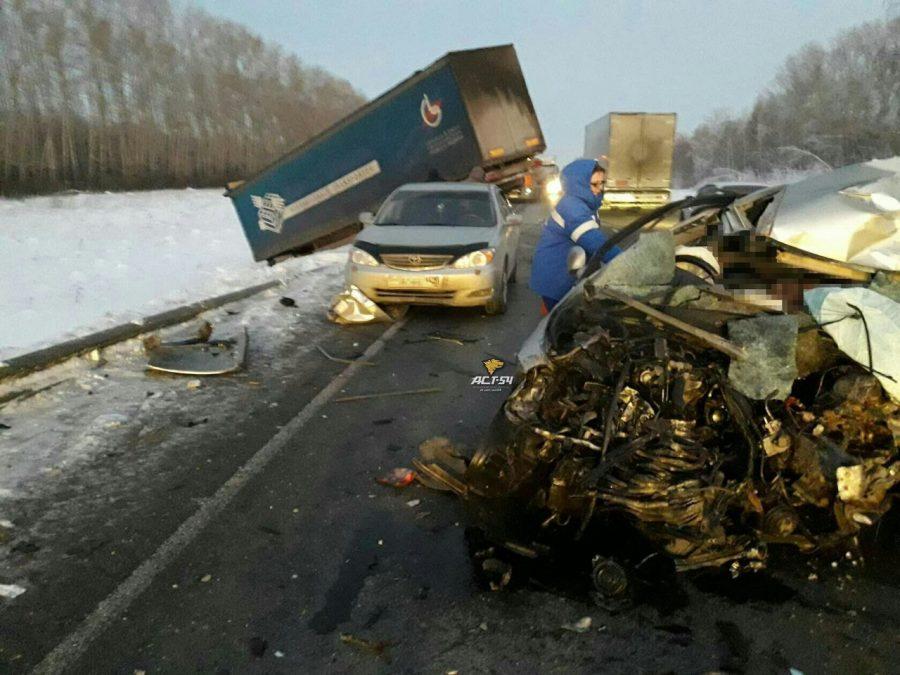 Шофёр легковушки умер в итоге столкновения с фургоном под Новосибирском