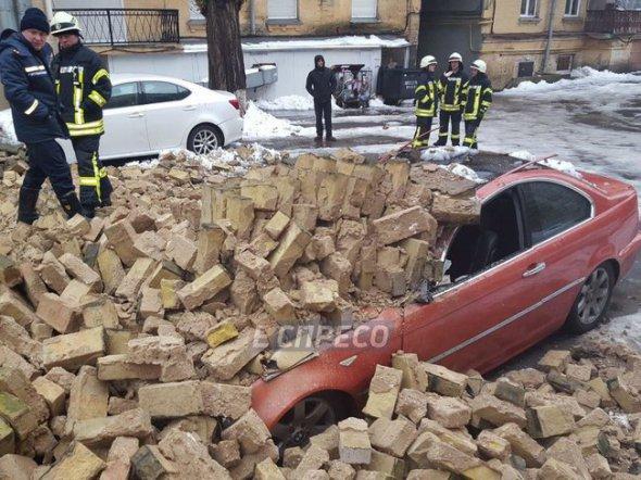 Вцентре столицы обвалилась стена иповредила два автомобиля