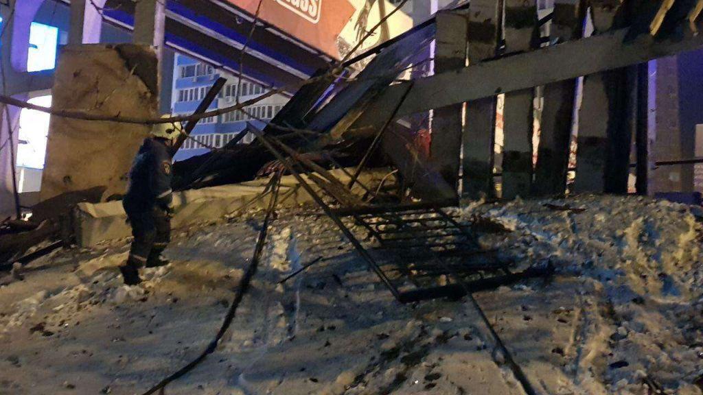 Врезультате дорожного происшествия часть надземного перехода обрушилась воВладивостоке