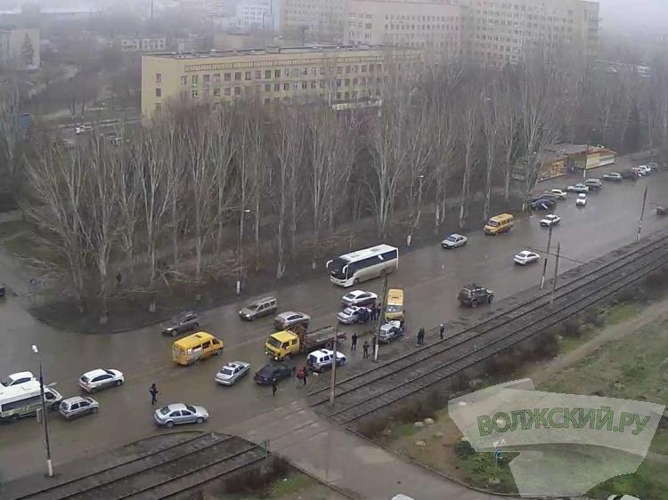 ВВолжском столкнулись маршрутка №6 илегковушка: необошлось без жертв