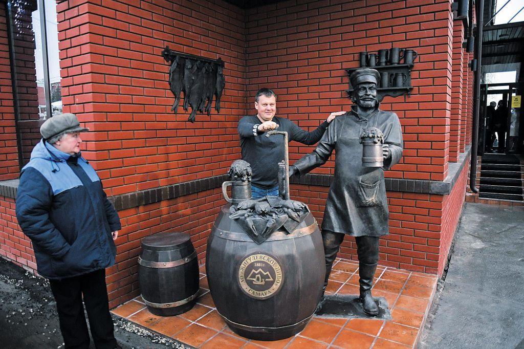 НаВолжском проспекте вСамаре появился новый арт-объект— монумент пивовару