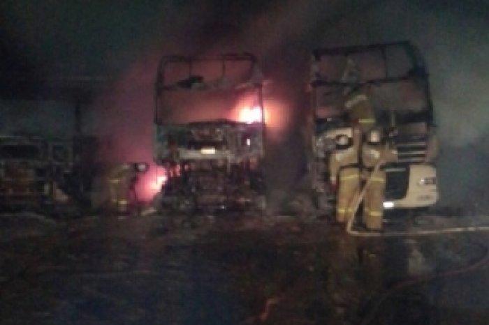 Ночной пожар вЛивнах: cотрудники экстренных служб тушили три фургона