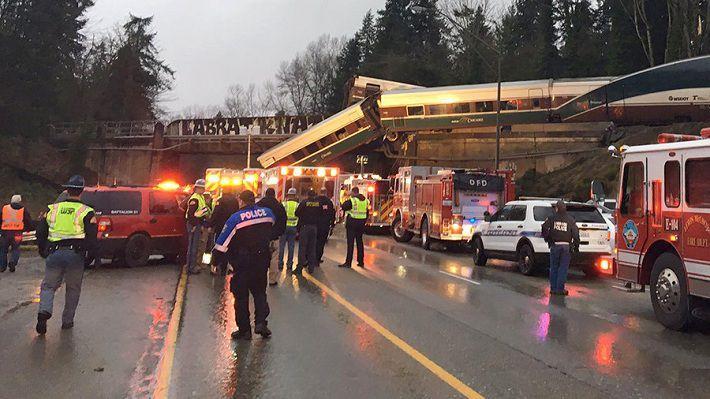 Пассажирский поезд вСША упал смоста нашоссе