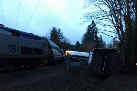 Поезд сошел срельсов иупал нашоссе
