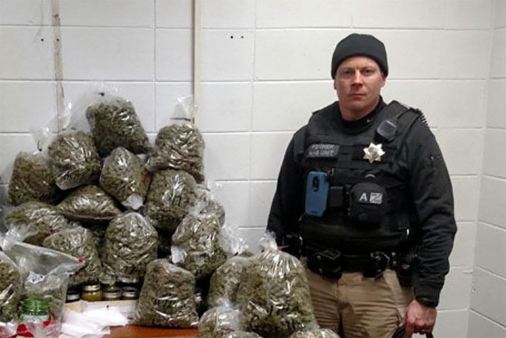 Супруги сообщили милиции, что перевозили 27кг марихуаны для рождественских подарков