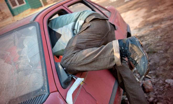 В Спас-Деменске два парня обокрали две машины