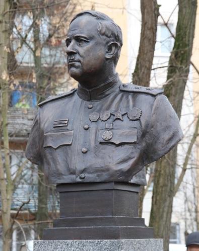 В сквере Болдина установили бюст прославленного полководца