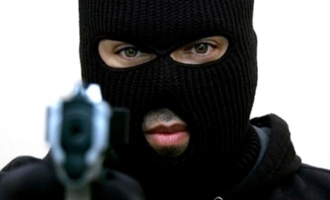 Мужчина с муляжом пистолета пытался ограбить магазин