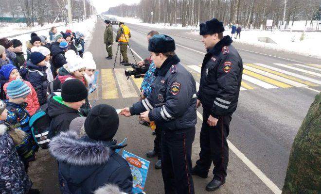 Госавтоинспекторы Малоярославца напомнили детям, как правильно переходить дорогу