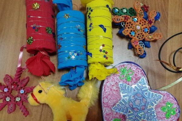 В Людинове городскую праздничную ёлку украсили детскими поделками