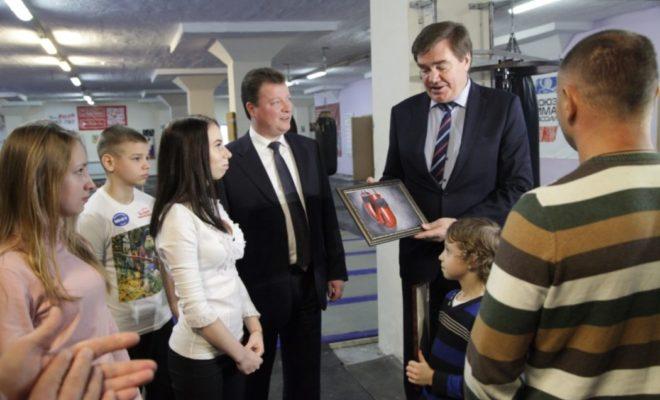 Калужане передали картину для Путина