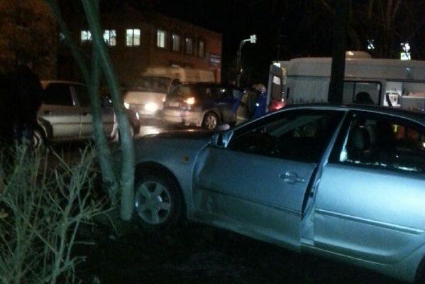 В Малоярославце Тойота врезалась в дерево