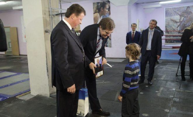 Калужским спортсменам вручили портрет президента с автографом