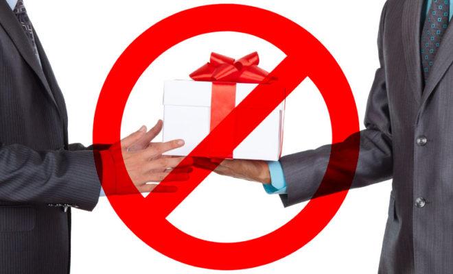Калужанам напоминают, что чиновникам запрещено получать подарки