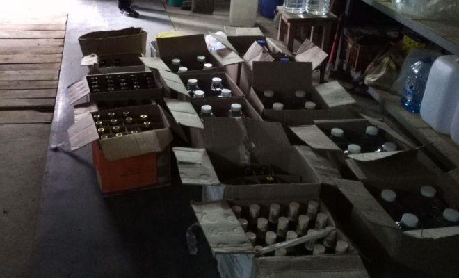 """В гаражном боксе в Товаркове полиция обнаружила 300 литров """"паленой"""" водки"""